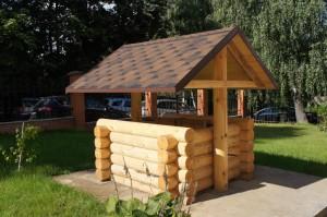 деревянный колодец из оцилиндрованного бревна
