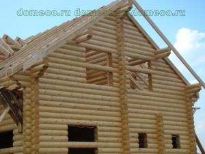 крыша деревянного дома из оцилиндрованного бревна