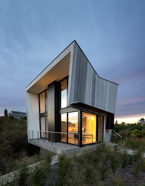 необычный дом с деревянной отделкой