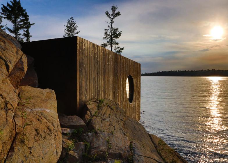 деревянная сауна на берегу озера